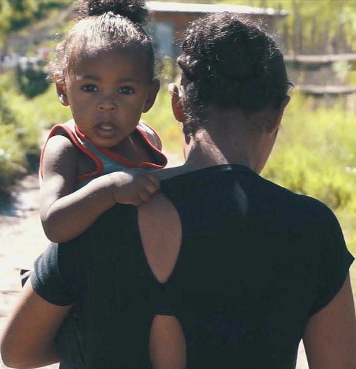 Foto de uma criança no colo da mãe