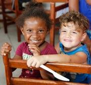 Duas Crianças Sorrindo